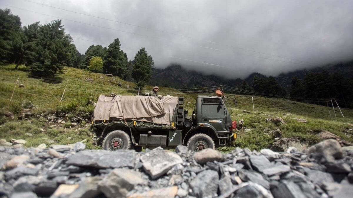 Chinese Soldier Caught Straying Across LAC in Ladakh Handed Back by Indian Army